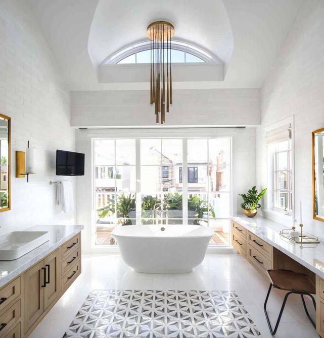 lámpara de araña en baño de lujo