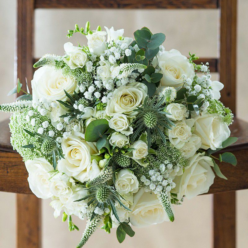 Ramo de novia blanco con rosas, pozo de agua y acebo de mar
