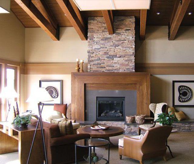 marco de chimenea rústico con muebles de madera y listones de madera en el techo . , Marco de chimenea de piedra de apilamiento rápido