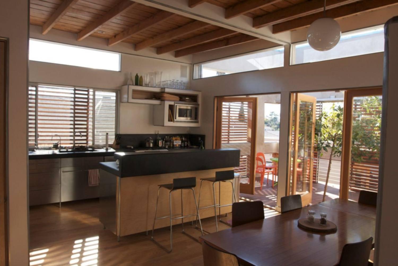 Increíble diseño de cocina remodelada con vigas de madera