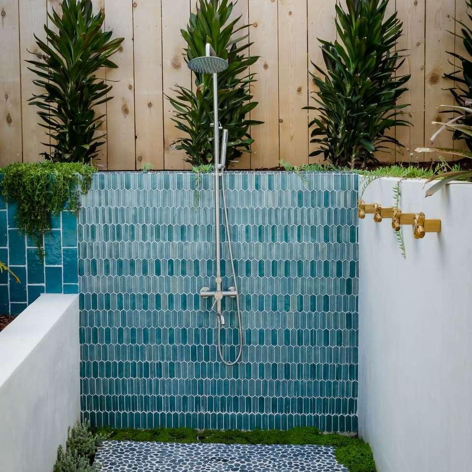 Ducha exterior con azulejos verde azulado