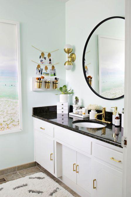Baño contemporáneo con bricolaje organizador de maquillaje de cuero y cobre