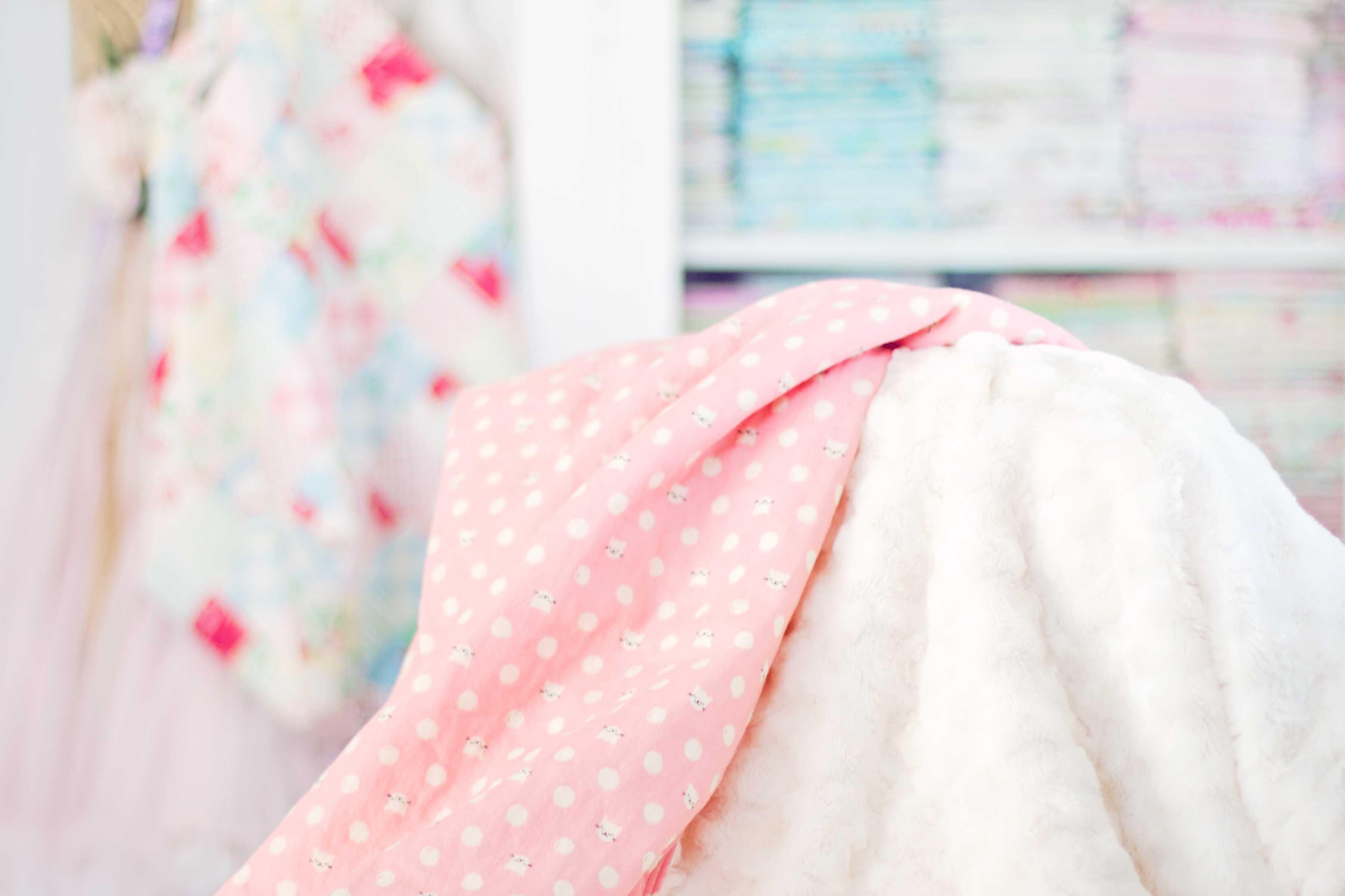 Manta para bebés , Interior minimalista de la habitación del bebé con una silla elegante, pequeña, elegante, rosa, una escalera decorada y una cama para niños