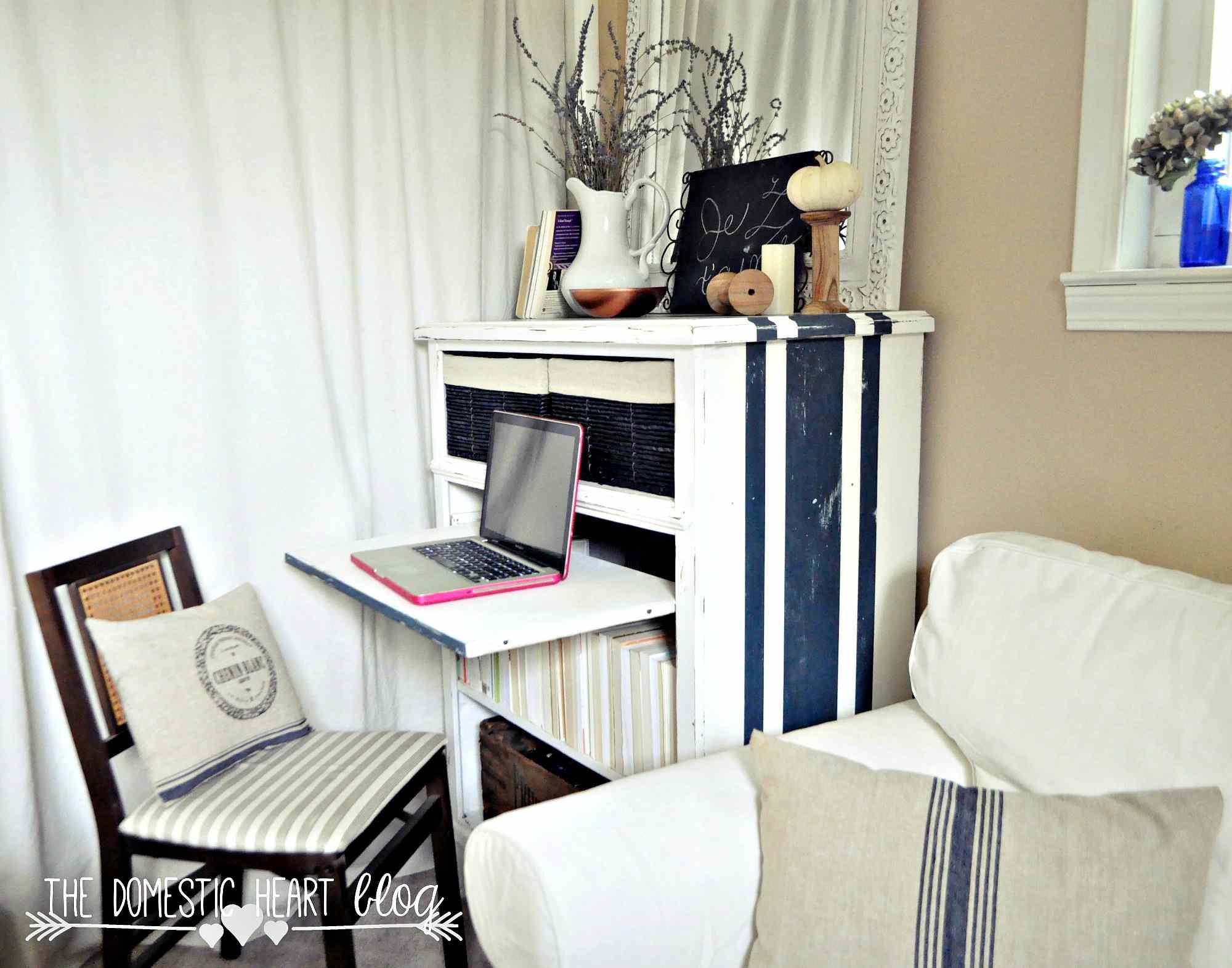 Cambio de imagen de estantería con madera refinada y un fondo estampado .