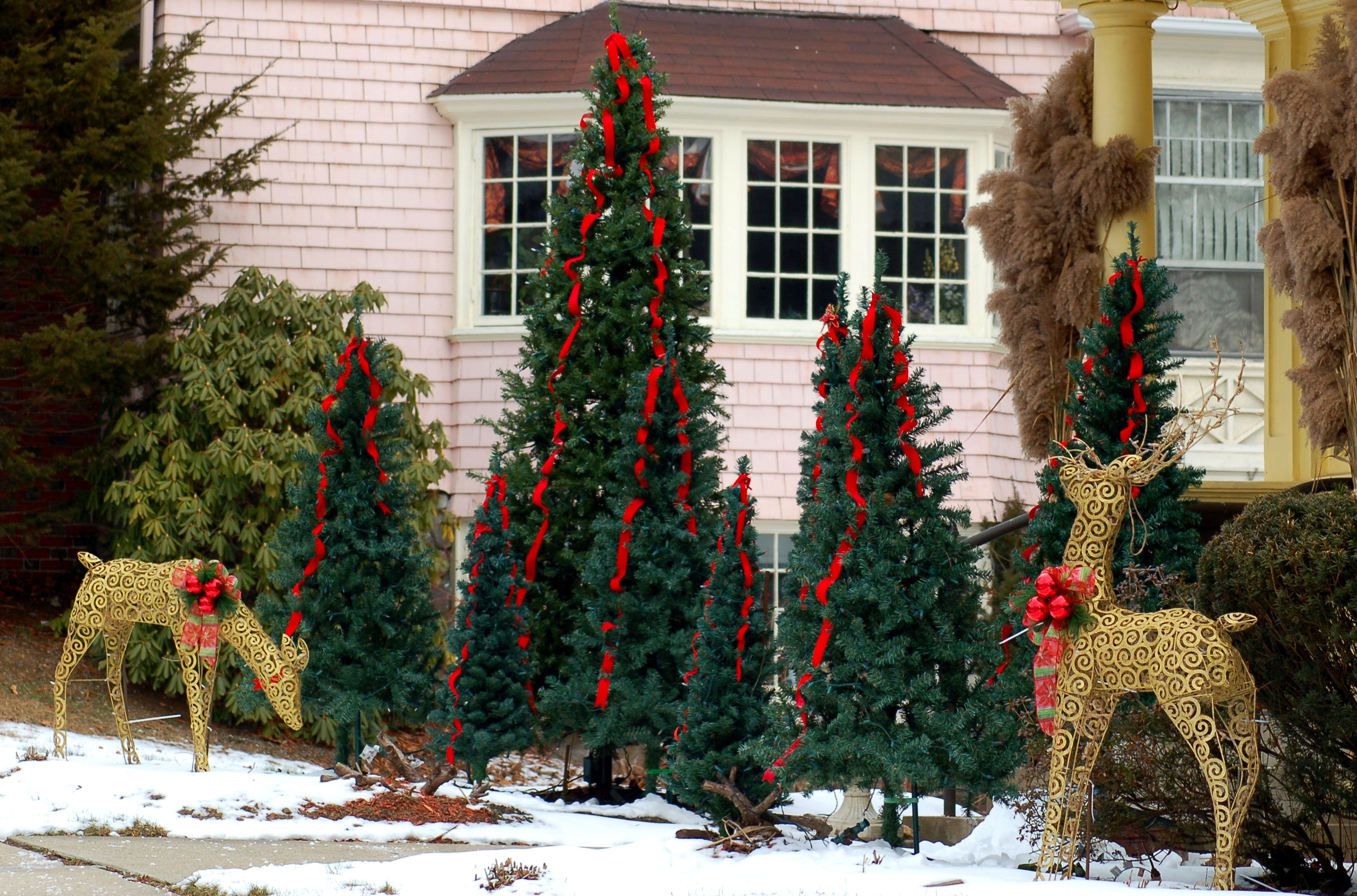 25 outdoor christmas decoration ideas in pictures - Christmas Fence Decorations