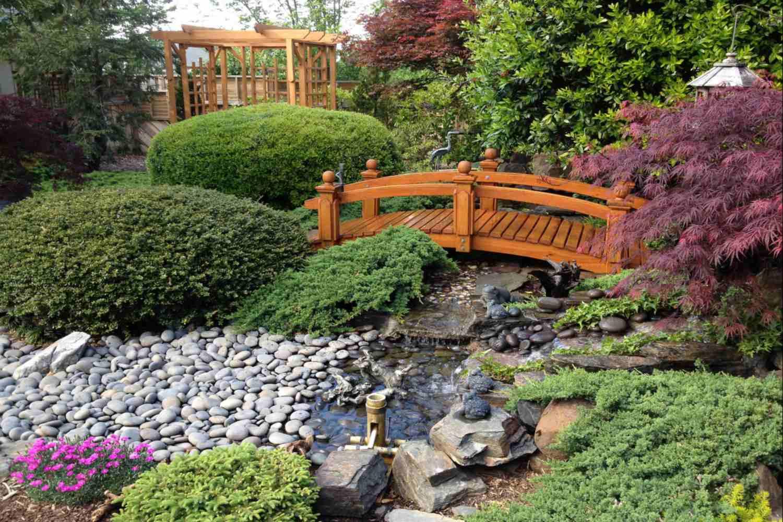 Puente de jardín japonés