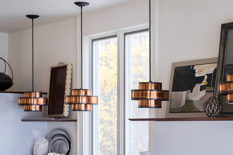 Lámparas de época colgadas en una habitación blanca