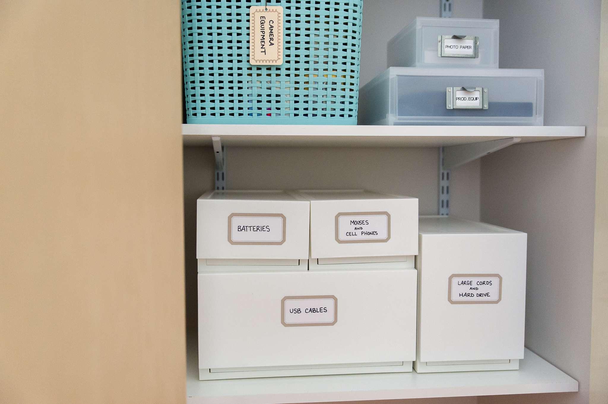 Electrónica organizada en un armario