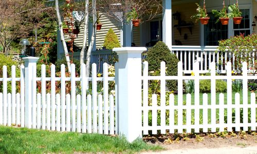 Picture of a Canterbury-style vinyl fence.
