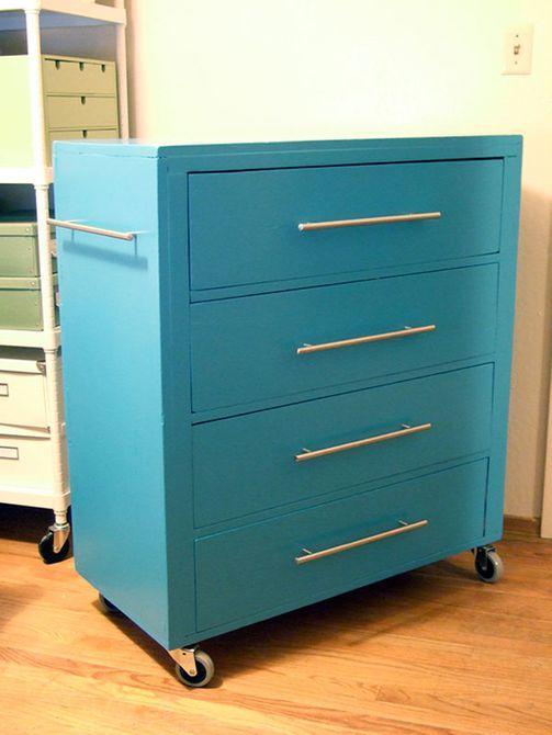 cómoda antigua reutilizada como gabinete de herramientas rodante