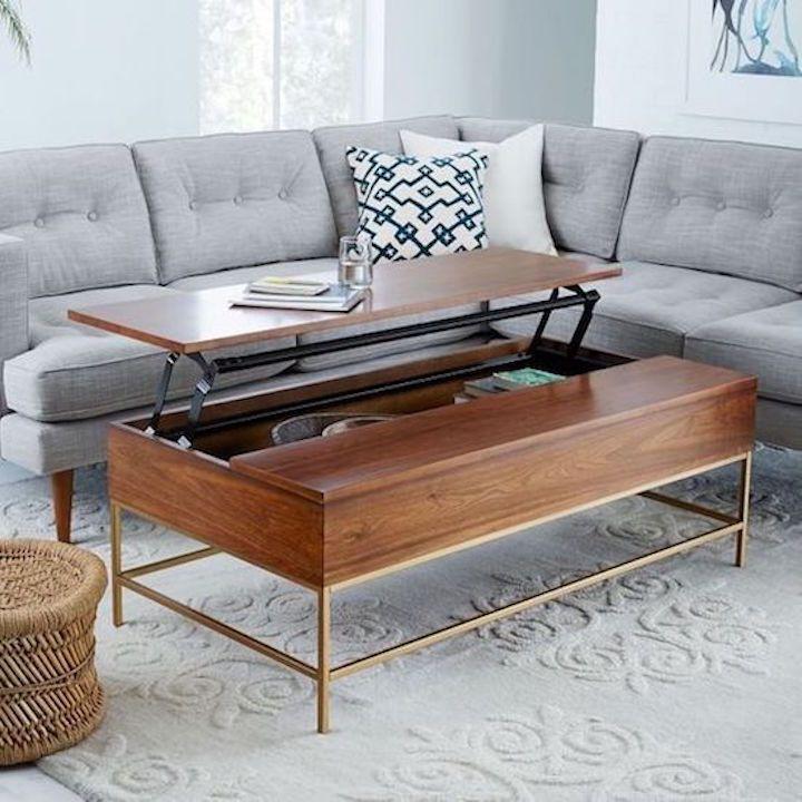 Mesa de café expandible para guardar cerca de un sofá gris
