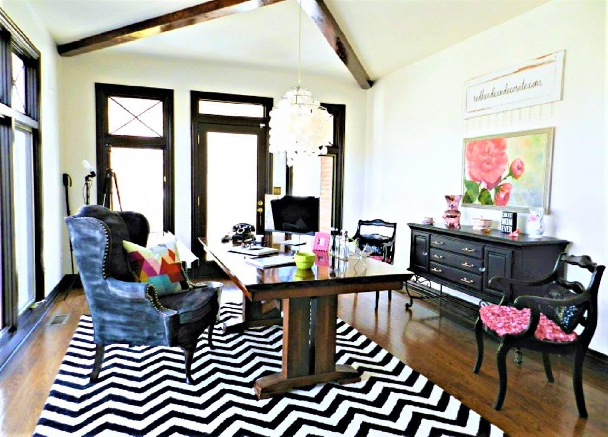Cambio de imagen de la oficina al salón antes con blanco y negro alfombra, mesa de comedor y dos sillas combinadas