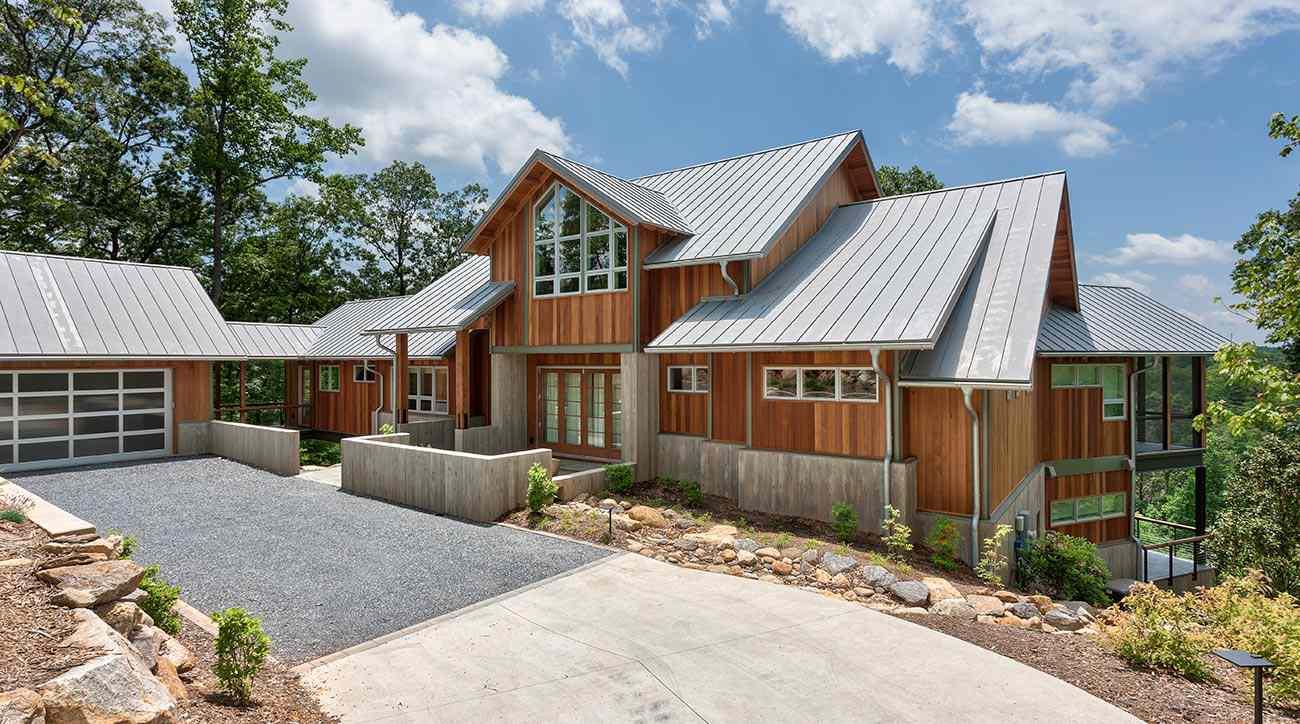 Casa grande de madera con techo de metal