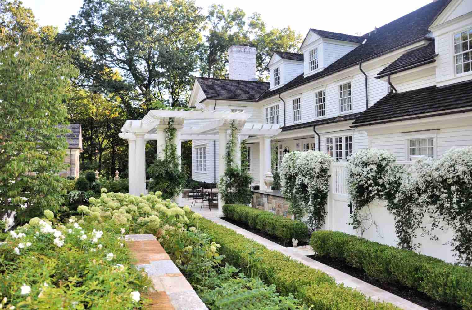 jardín de cabaña blanca