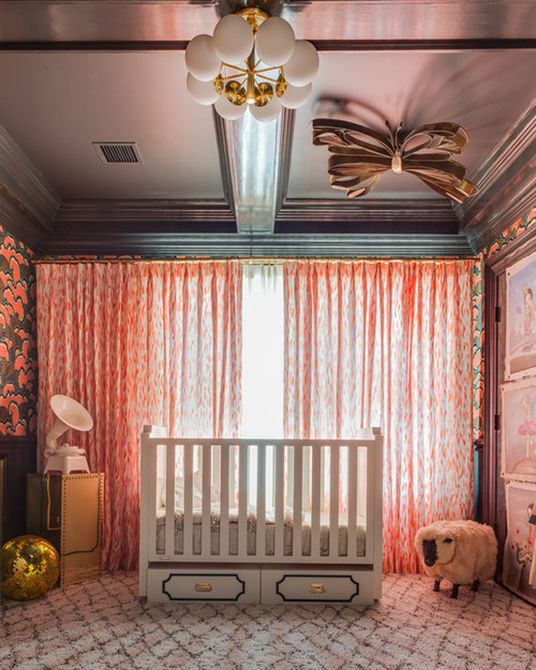 Vivero renacentista gótico con paredes negras y papel tapiz floral dramático