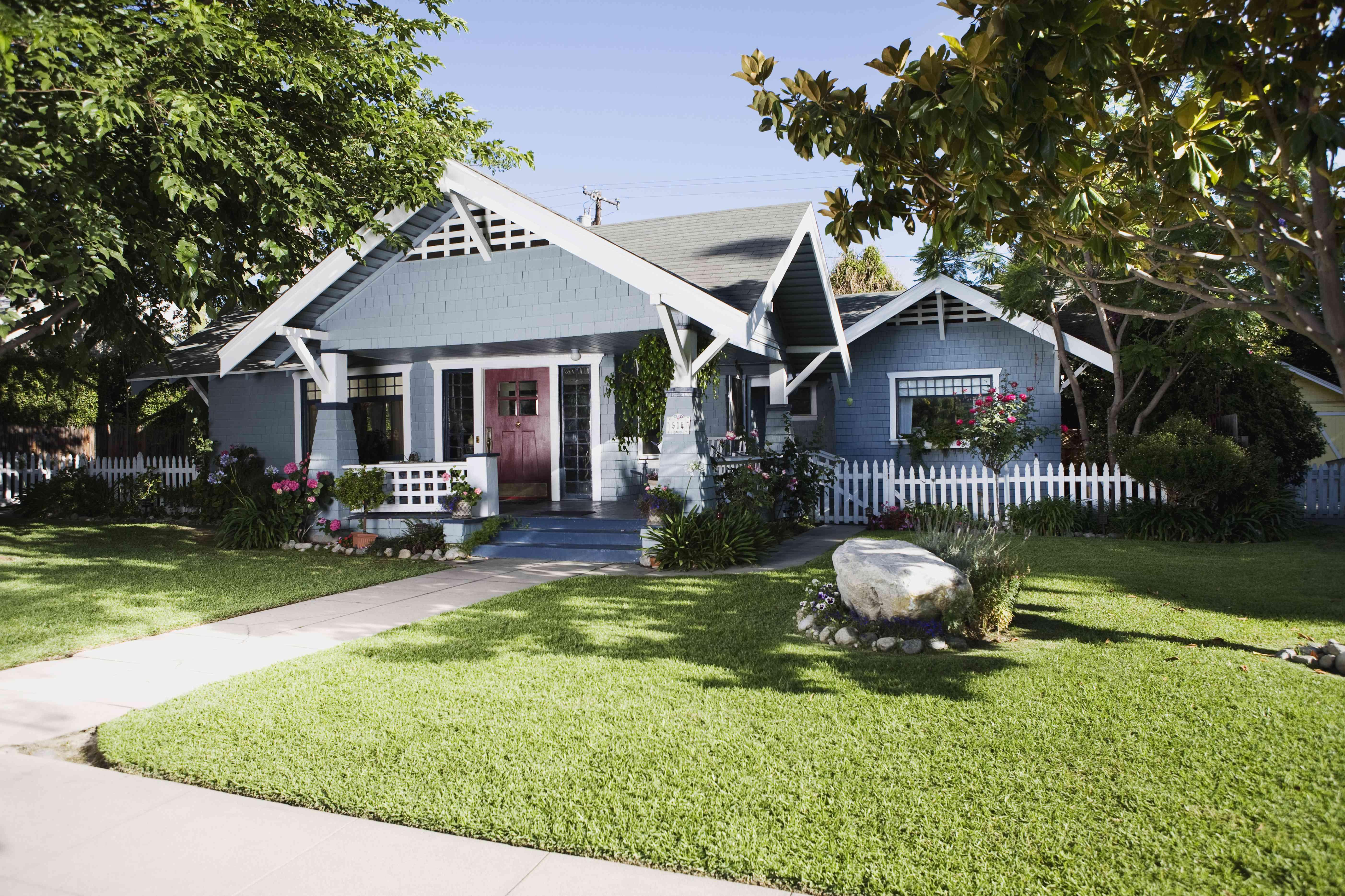 Exterior de la casa Craftsman y patio delantero