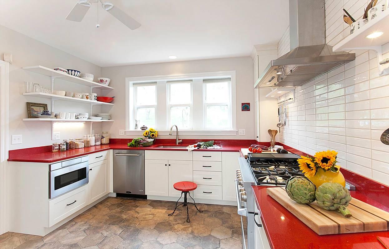Dos encimeras de cuarzo diferentes en una cocina con gabinetes marrones .