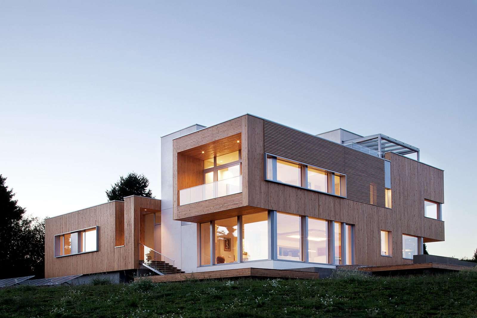 Casa ecológica con muchas ventanas