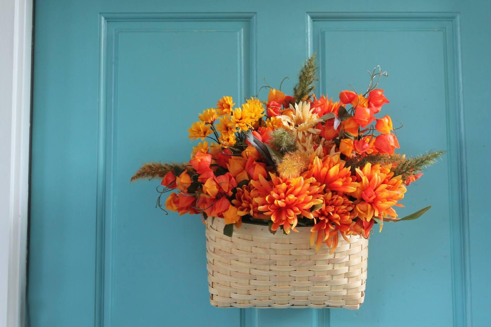 Canasta de puerta delantera de flores de otoño