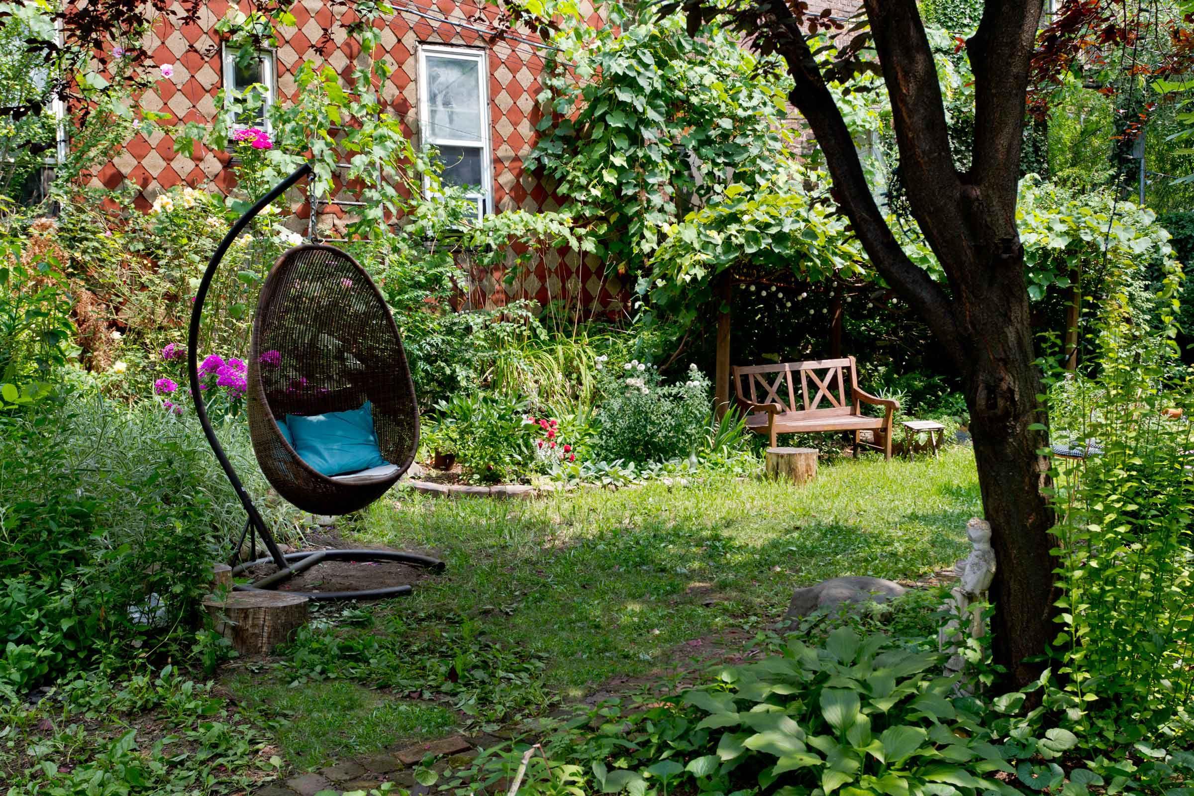 backyard-swing-greenery-nyc