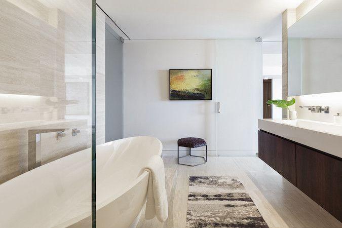bañera moderna independiente de baño blanco y madera