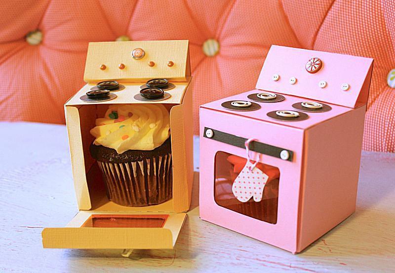 Una caja de amarillo y rosa con forma de horno