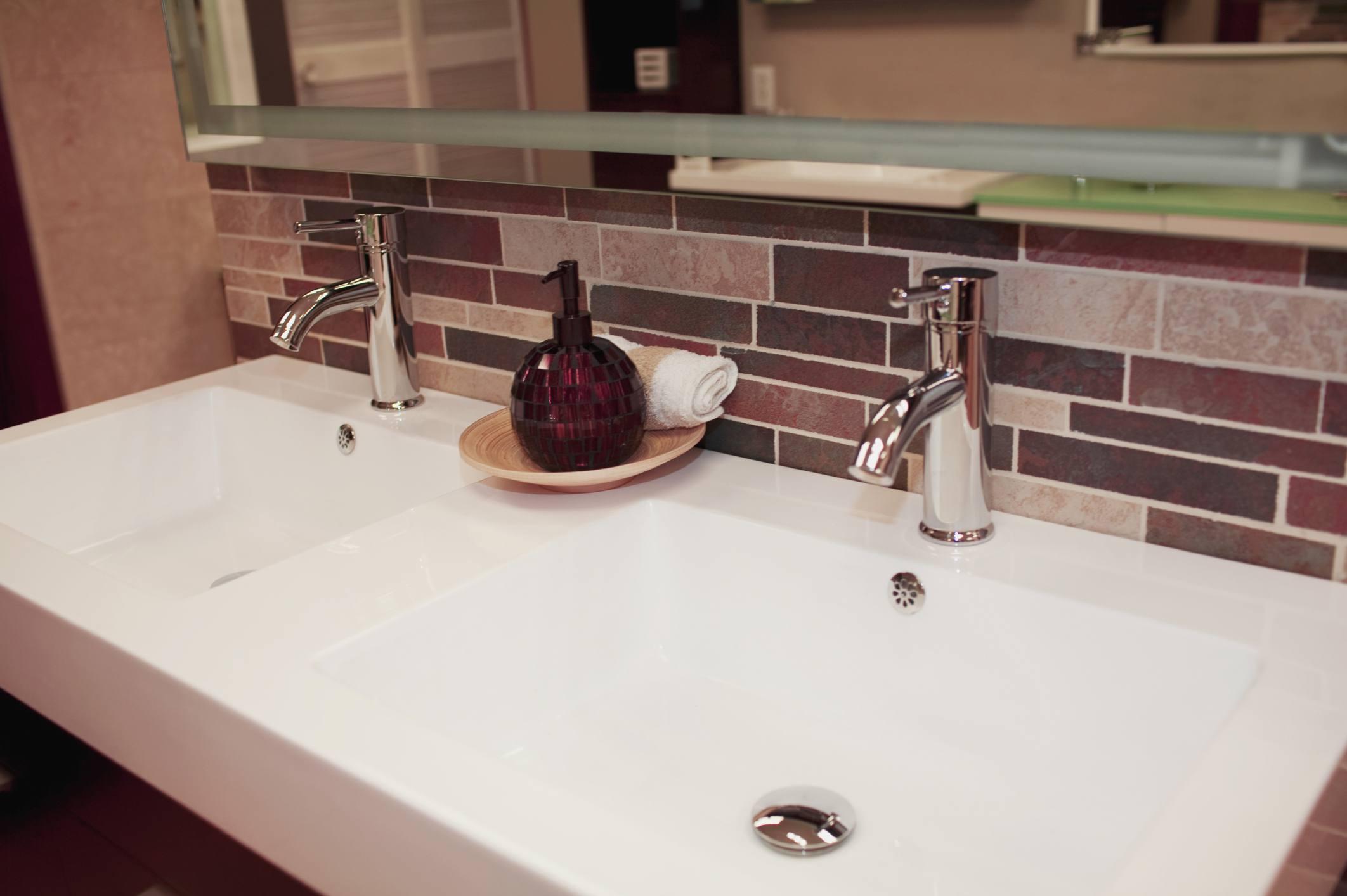Lavabo completo de baño moderno con encimera en voladizo 126172839