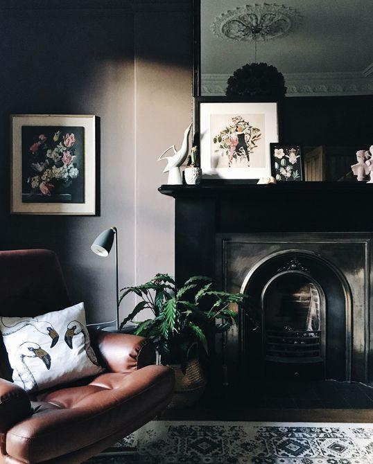 salón oscuro con silla de cuero