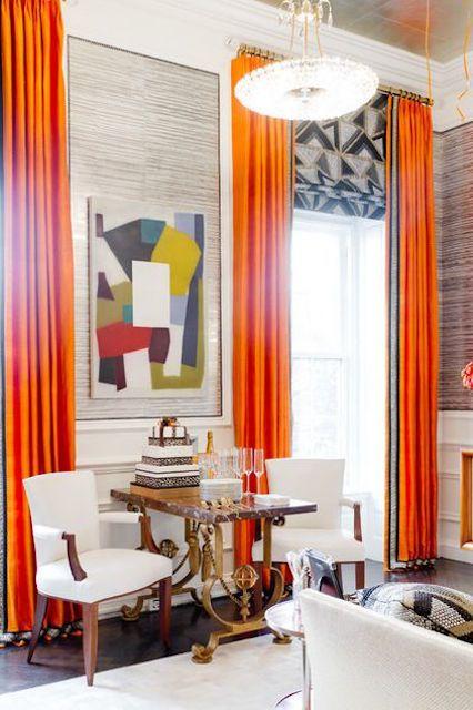 Living habitación con cálidas cortinas naranjas