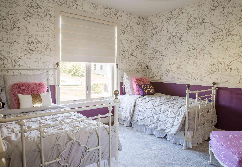 habitación púrpura para dos niñas adolescentes