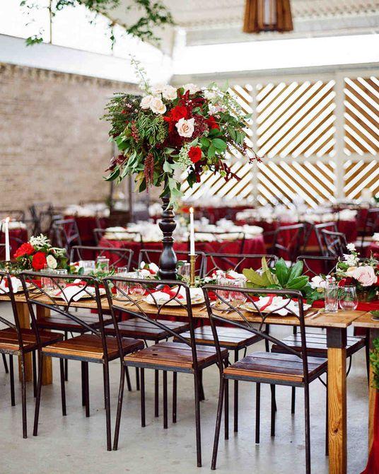 Centro de mesa moderno y alto para bodas de invierno en rosa