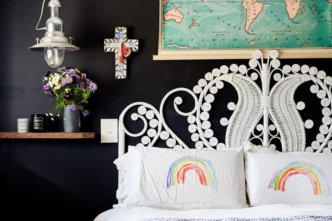 dormitorio colorido con paredes negras