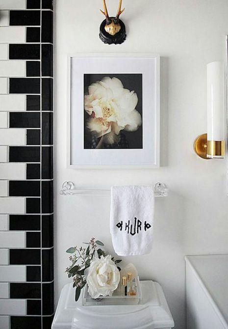 Baño principal lujoso en blanco y negro