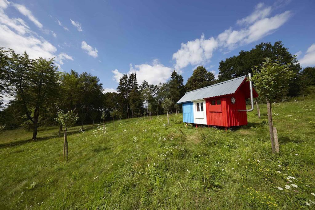 Francia: casa pequeña roja, blanca y azul