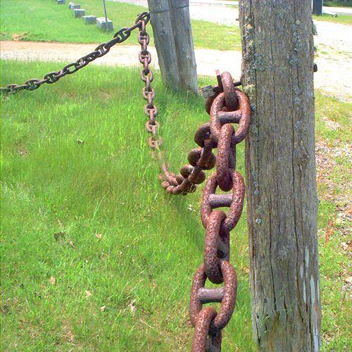 Imagen de una cerca hecha con la cadena de un barco