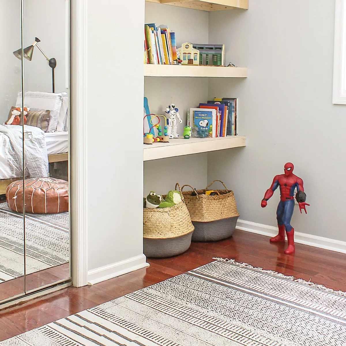 Una habitación de niños con estantes flotantes