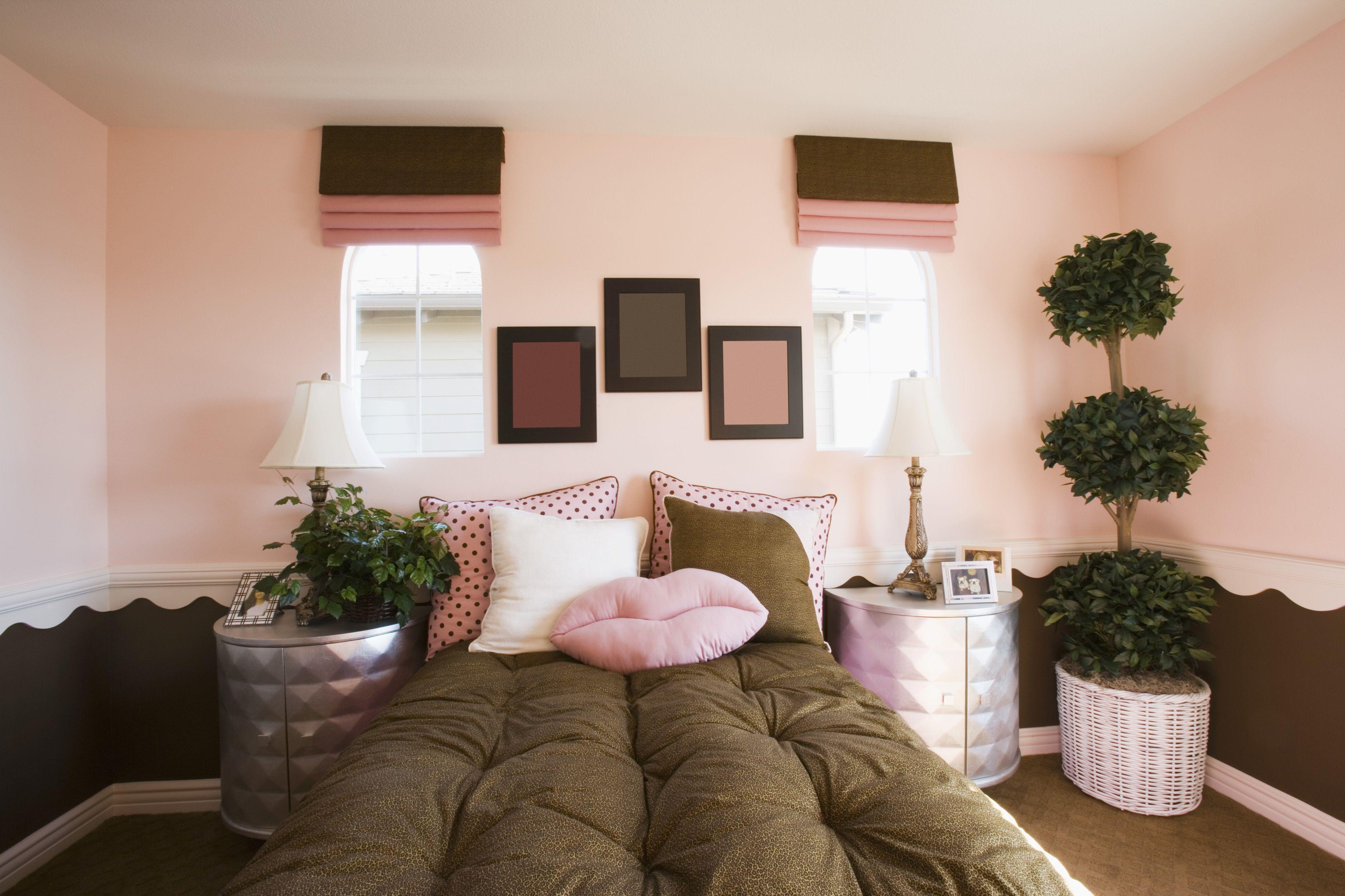 Habitación marrón y rosa