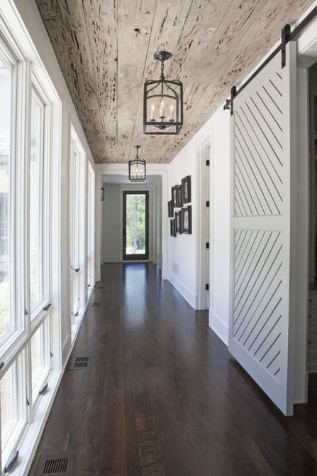 pasillo con puerta de granero