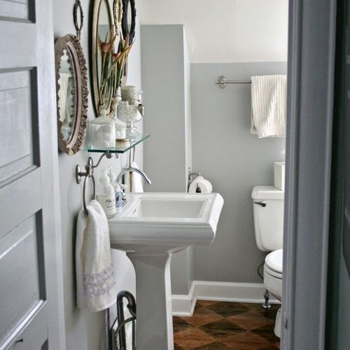 Shaped wood in eclectic bathroom