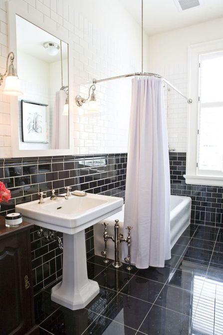 Baño en blanco y negro con una ubicación extraña en la bañera  Baño minimalista con estantes empotrados