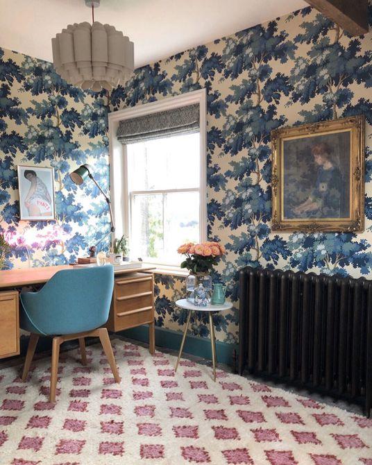 Oficina en casa con papel tapiz de flora azul