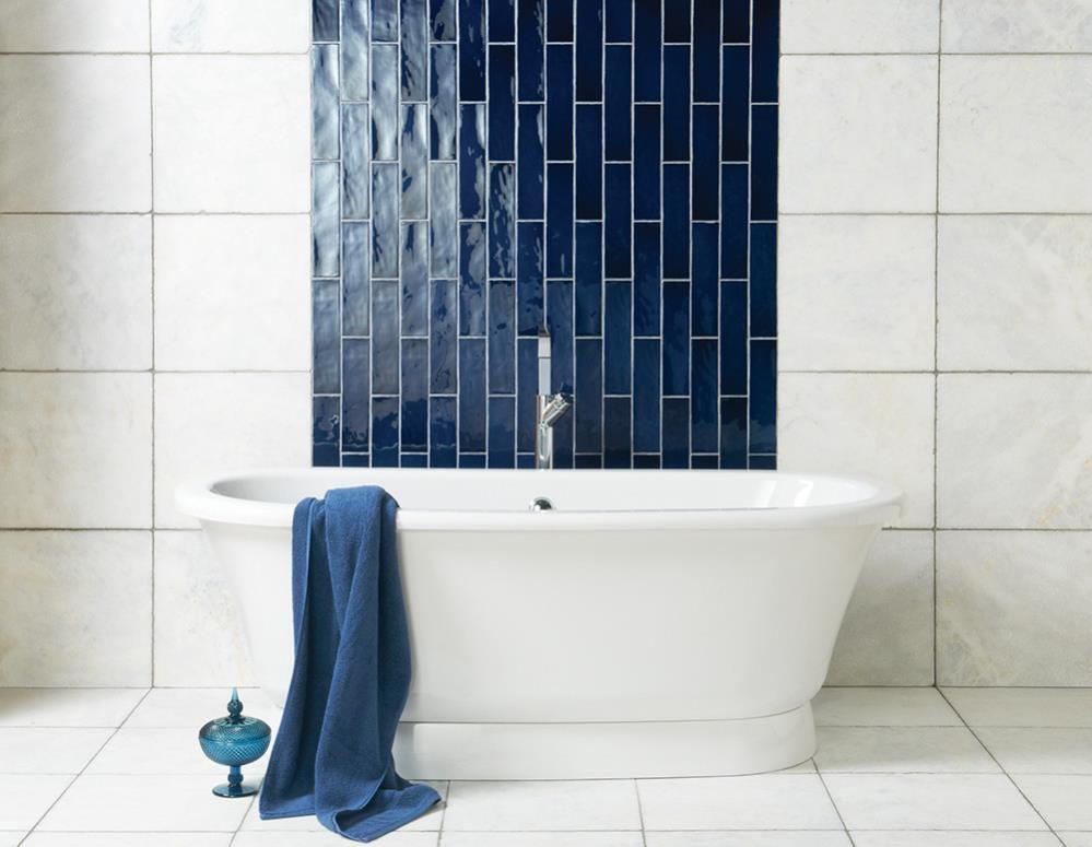 Azulejo azul marino en baño blanco