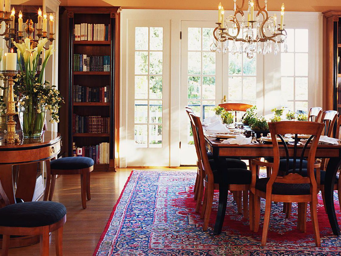 Picture of: How To Choose The Right Dining Room Rug
