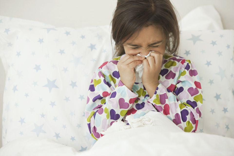 Niña enferma en la cama