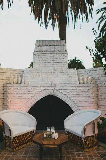 Sillas Equipale en frente de la chimenea exterior