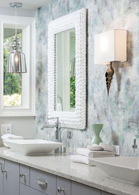 espejo de concha marina en baño náutico
