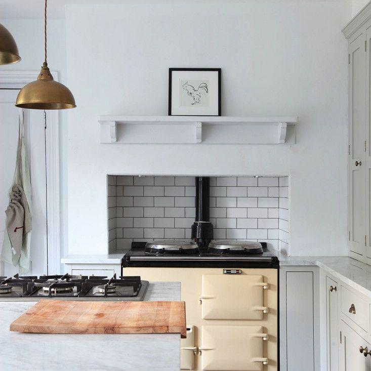 cocina con azulejos del metro en la estufa
