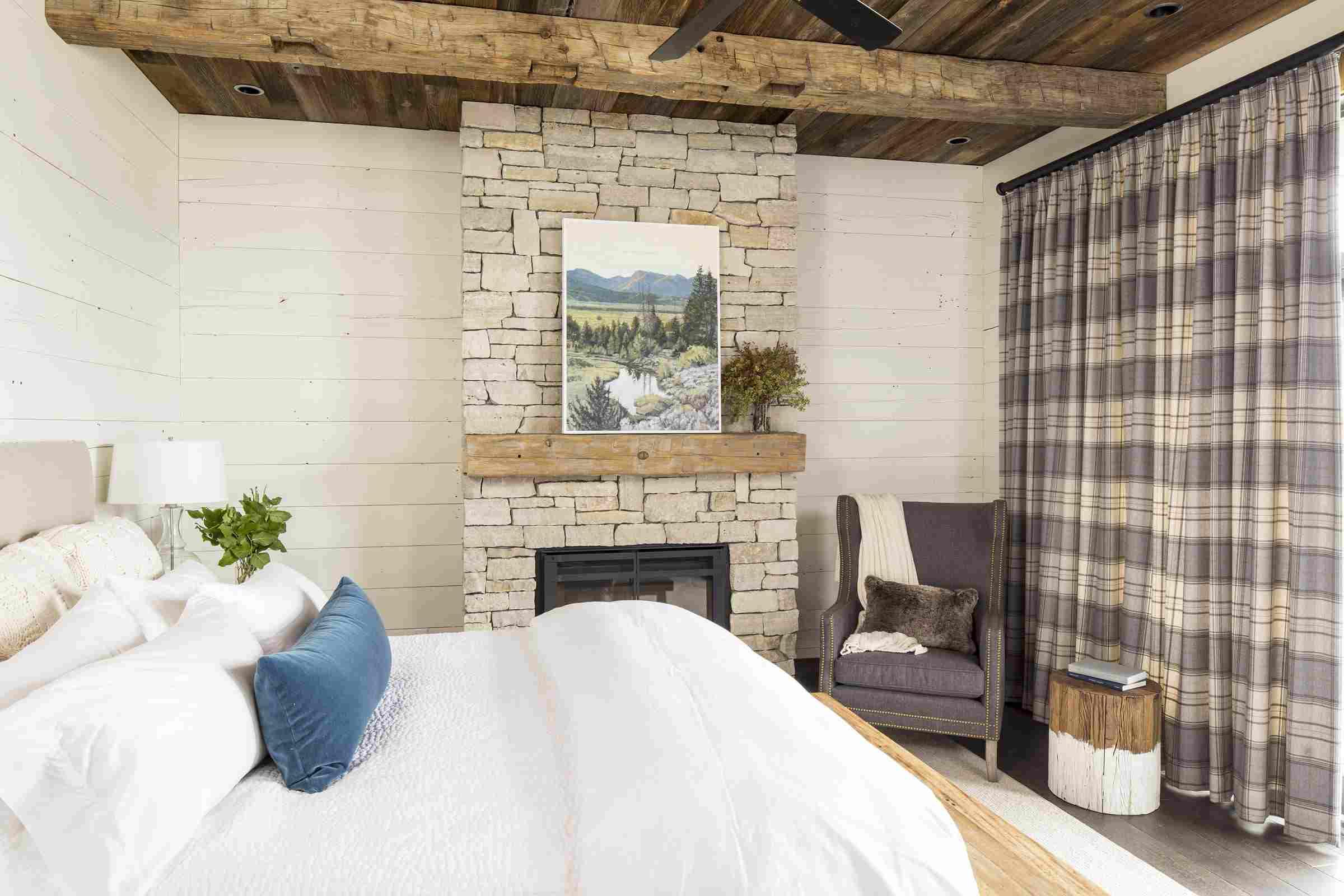 Dormitorio rústico encalado , Habitación rústica inspirada con paredes negras