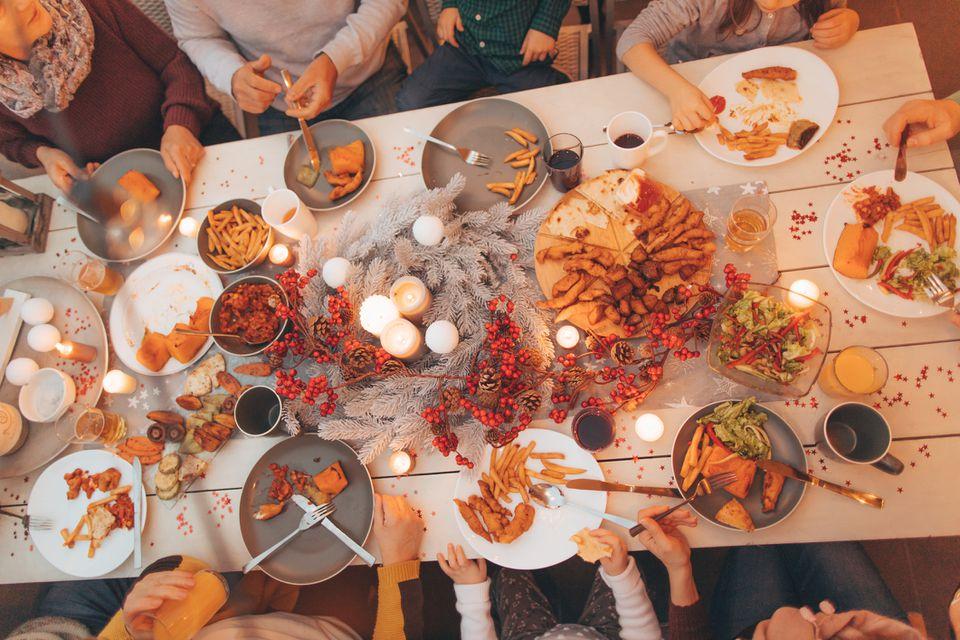 Amigos teniendo una fiesta de otoño