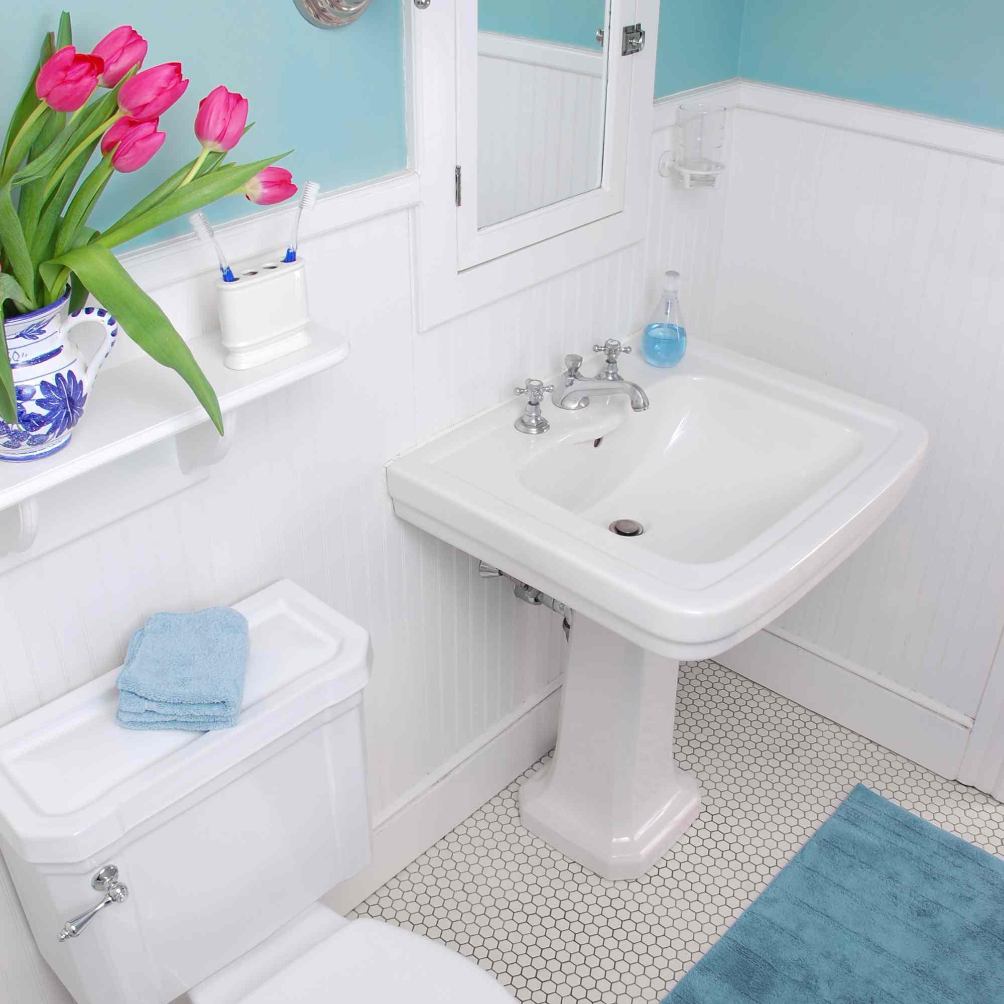 Baño con detalles en color
